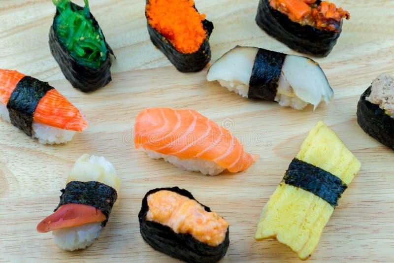 Frische Lachs- Sushi, Lachs-maki Rollenjapanisches Nahrungsmittelrestaurant, Lachssushi auf Platte lizenzfreie stockfotos