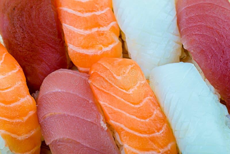 Frische Lachs- Sushi, Lachs-maki Rollenjapanisches Nahrungsmittelrestaurant, Lachssushi auf Platte stockfoto