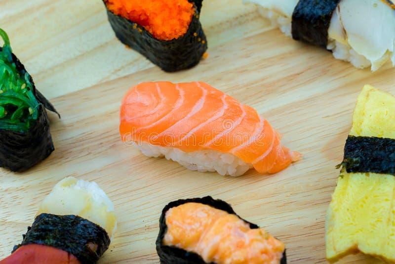 Frische Lachs- Sushi, Lachs-maki Rollenjapanisches Nahrungsmittelrestaurant, Lachssushi auf Platte lizenzfreies stockbild