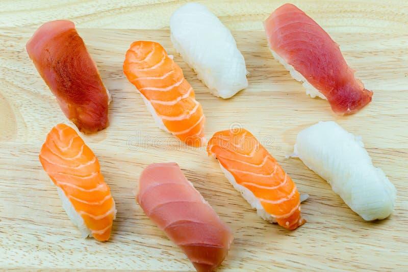 Frische Lachs- Sushi, Lachs-maki Rollenjapanisches Nahrungsmittelrestaurant, Lachssushi auf Platte lizenzfreies stockfoto