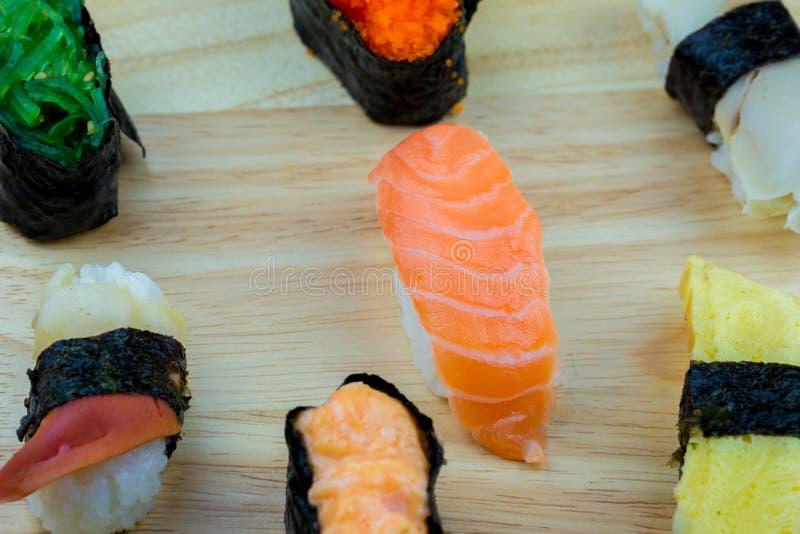 Frische Lachs- Sushi, Lachs-maki Rollenjapanisches Nahrungsmittelrestaurant, Lachssushi auf Platte stockbilder