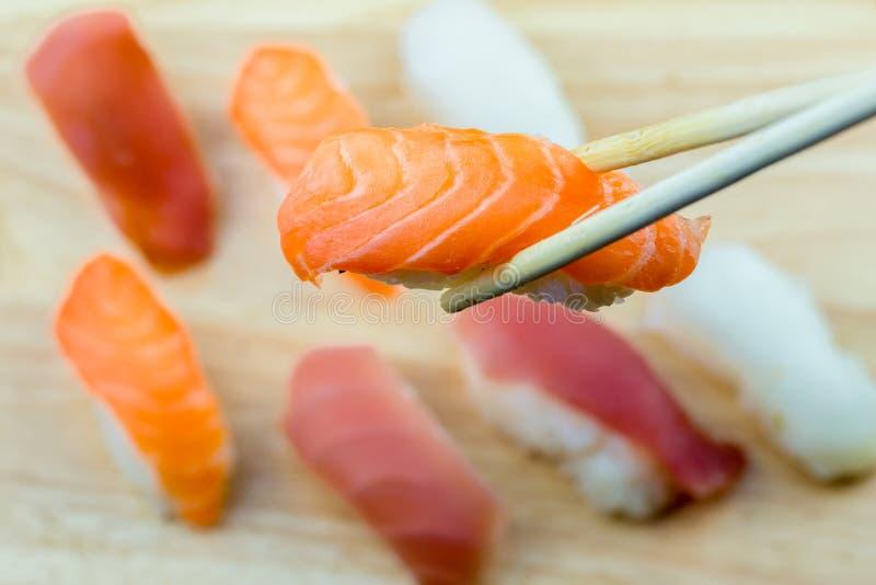 Frische Lachs- Sushi, Lachs-maki Rollenjapanisches Nahrungsmittelrestaurant, Lachssushi auf Platte lizenzfreie stockfotografie
