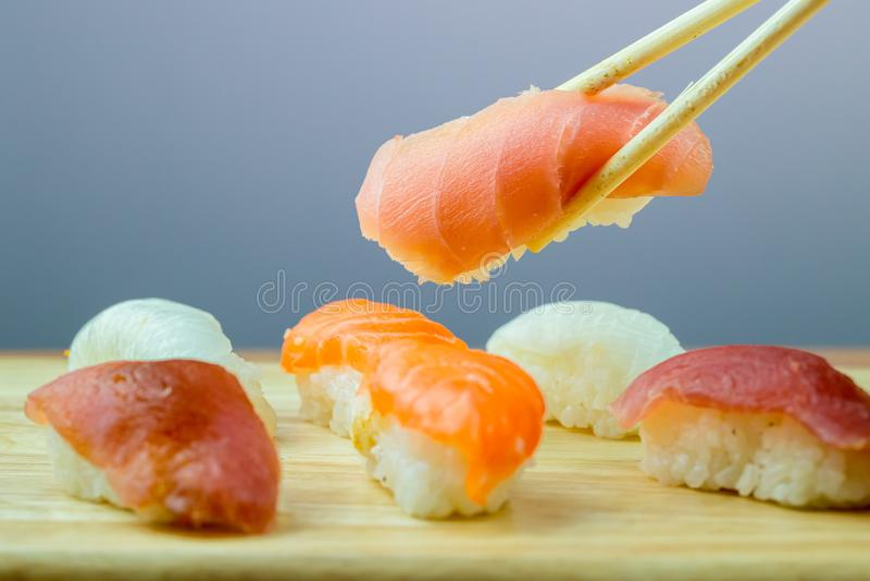 Frische Lachs- Sushi, Lachs-maki Rollenjapanisches Nahrungsmittelrestaurant, Lachssushi auf Platte stockfotografie