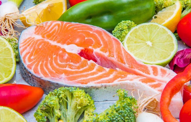 Frische Lachse mit frischem und farbigem Gemüsebestandteil stockfoto