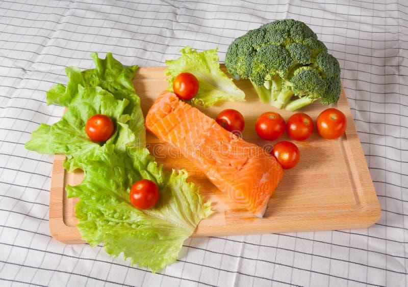 Frische Lachse mit Tomaten, Brokkoli und Salat stockfotos