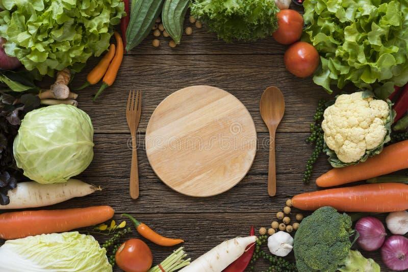Frische Landwirte vermarkten Gemüse, Gabel und Löffel lizenzfreie stockfotos