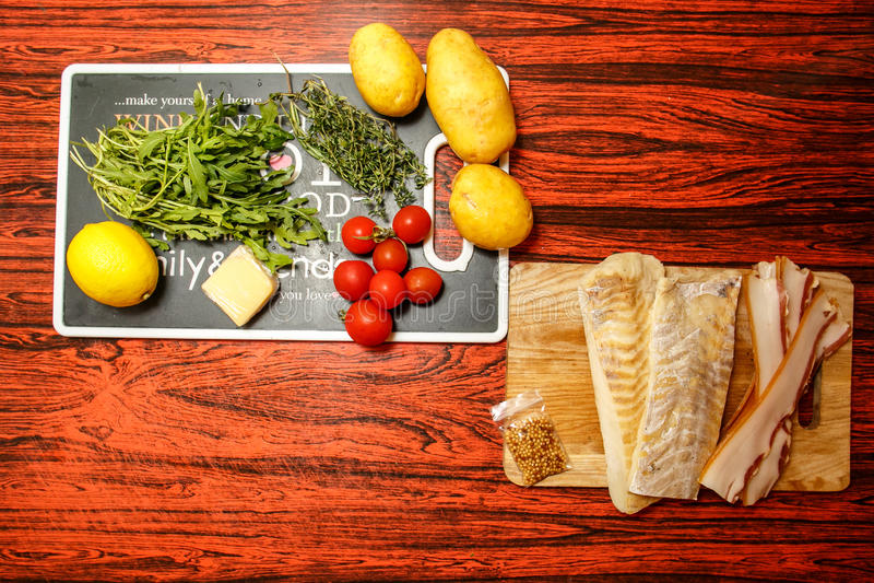 Frische Landwirte vermarkten Obst und Gemüse mit Fischfilet lizenzfreies stockfoto
