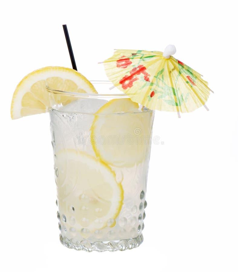 Frische Limonade mit dem Regenschirm getrennt lizenzfreie stockfotos