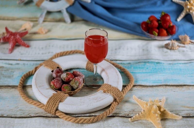 Frische Limonade mit Erdbeere auf Sommergetränk mit vielen verschiedenen Seeoberteilen stockfotografie