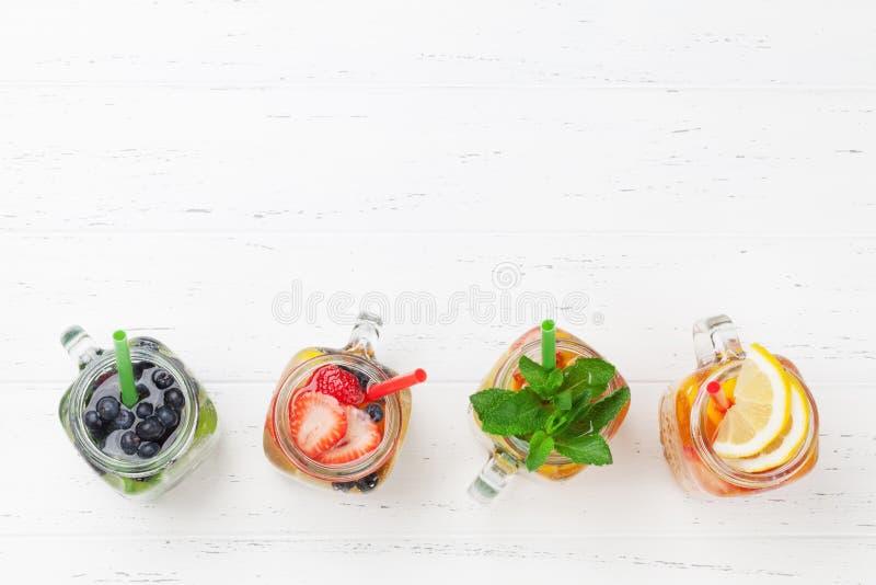 Frische Limonade mit Sommerfrüchten und -beeren lizenzfreie stockfotos