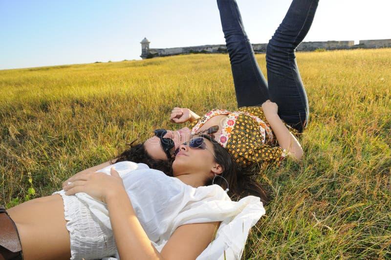 Frische Mädchen auf dem Gras stockbild