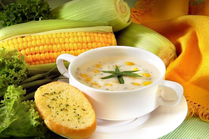 Frische Mais-Suppe mit Brot lizenzfreie stockbilder