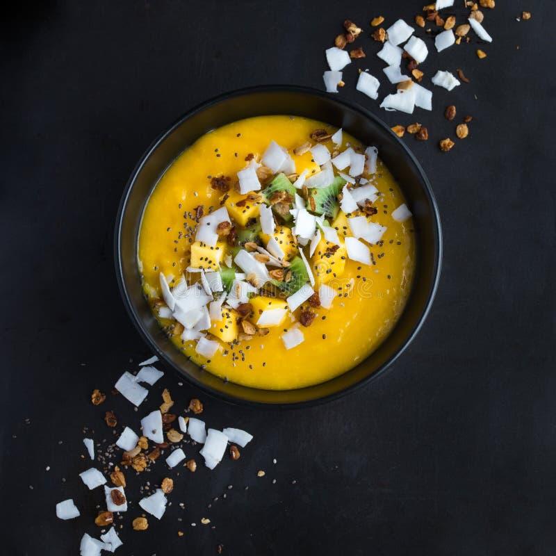 Frische Mango und Kokosnuss Smoothieschüssel stockfoto