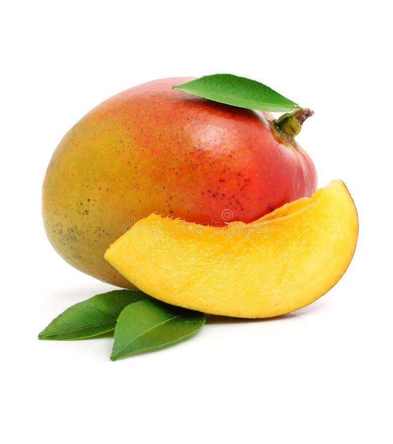 Frische Mangofruchtfrucht mit Schnitt und grünen Blättern stockbilder
