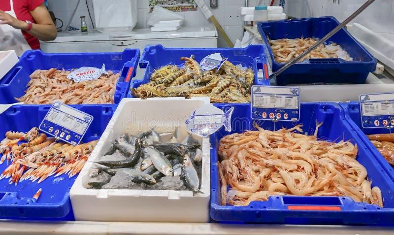 Frische Meeresfrüchte auf Eis am Fischmarkt stockfotografie