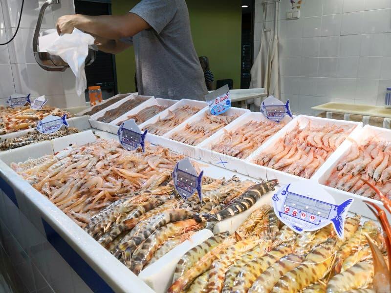 Frische Meeresfrüchte auf Eis am Fischmarkt Isla Cristiina-Markt, Huelva, Spanien stockfotos