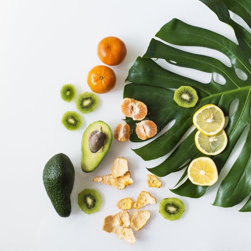 Frische mehrfarbige Früchte auf einem Blatt einer tropischen Anlage lizenzfreie stockbilder