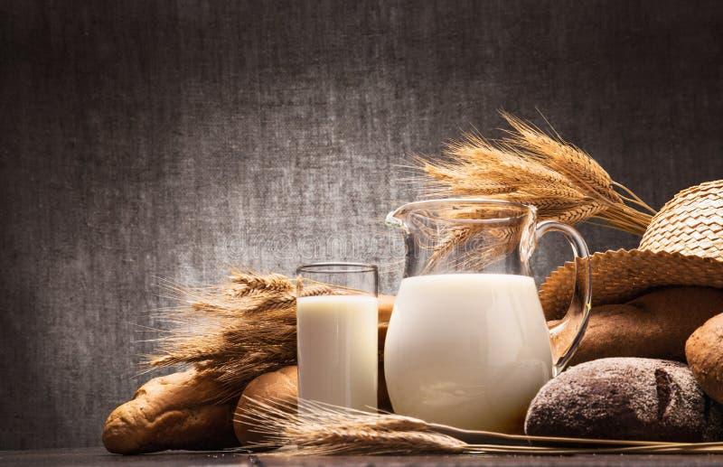 Frische Milch und Brot lizenzfreies stockfoto