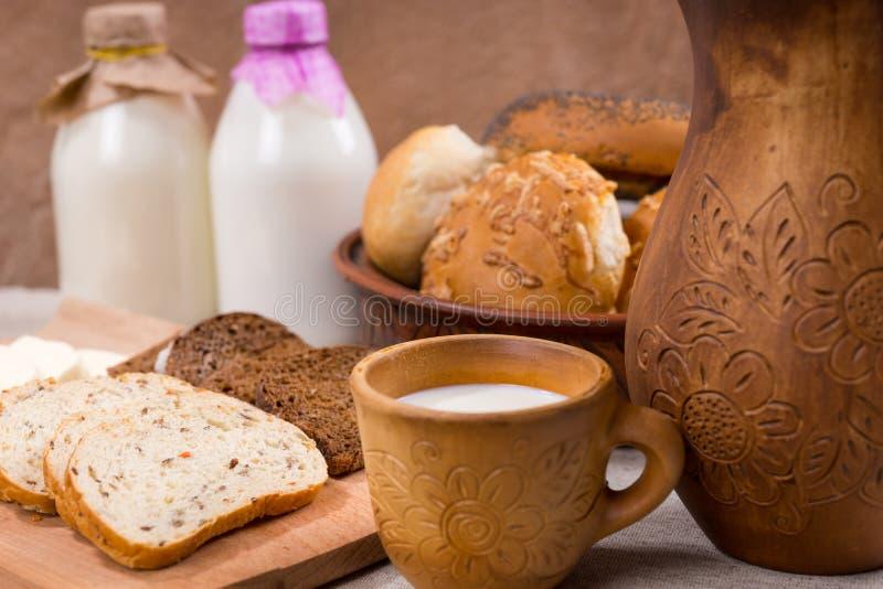 Frische Milch und Brot für einen gesunden Snack stockfotografie