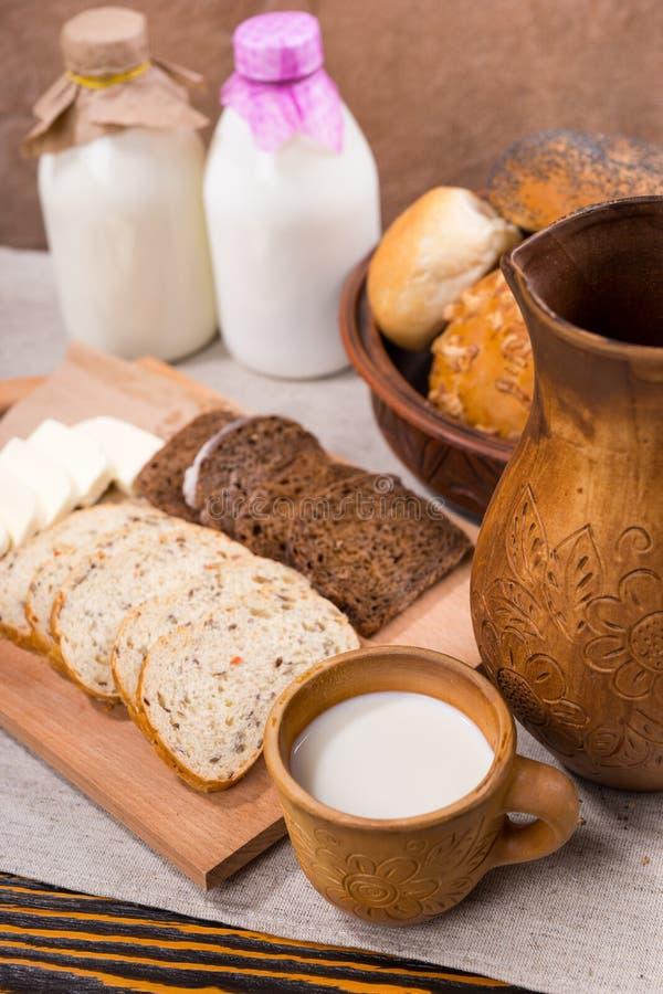 Frische Milch, Vollkornbrot und Käse stockbild