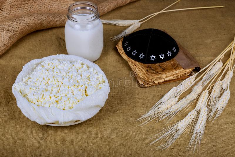 Frische Milchprodukte melken, Shofar und torah, Weizenfeld-Hüttenkäse, Weizen, hölzerner Hintergrund stockfotos