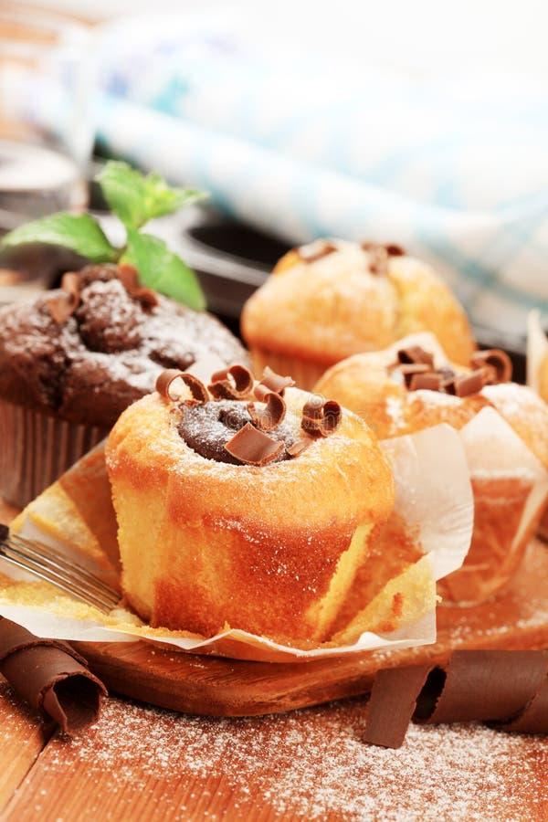Frische Muffins und kleine Kuchen lizenzfreie stockbilder