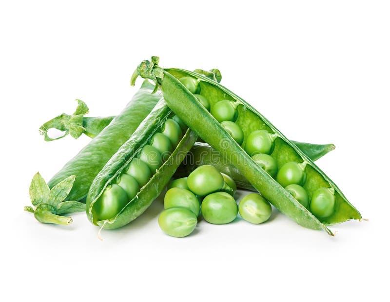 Frische Nahaufnahme der grünen Erbsen lokalisiert auf einem weißen Hintergrund lizenzfreies stockbild