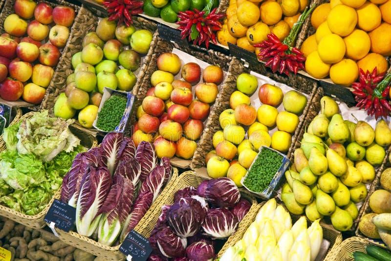 Frische Nahrung angeboten am Markt lizenzfreie stockfotos