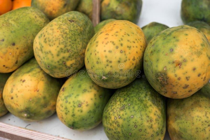 Frische neue Papayafrucht am Landwirtmarkt lizenzfreie stockbilder