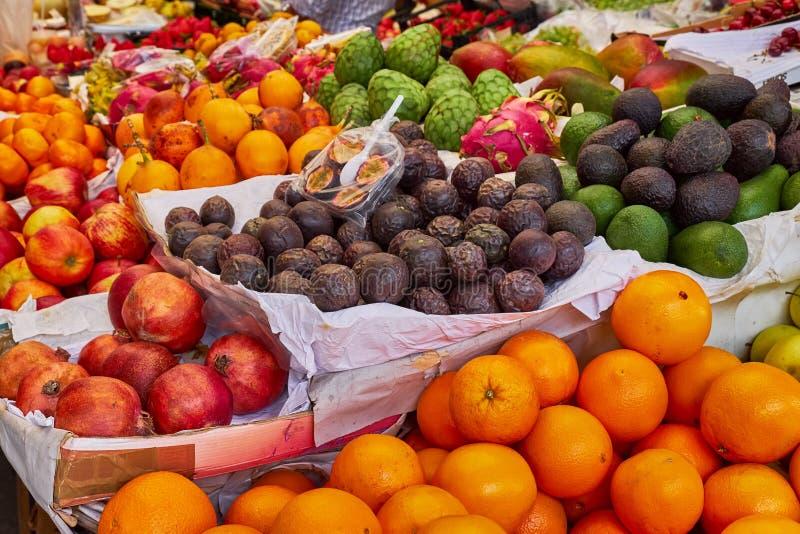 Frische Obst und Gemüse auf einem Markt stockfotos