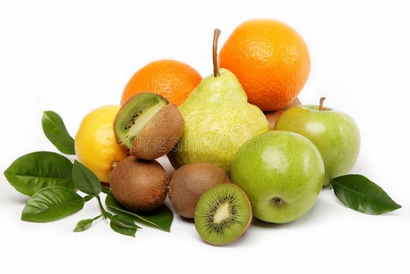 Frische Obst und Gemüse getrennt auf einem Weiß. stockfoto