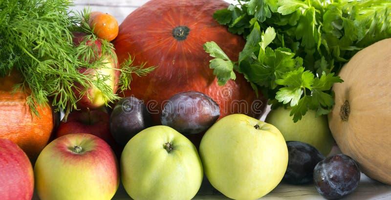 frische Obst und Gemüse, Kürbise, Äpfel, Grüns, Pflaumen, Au stockfotografie