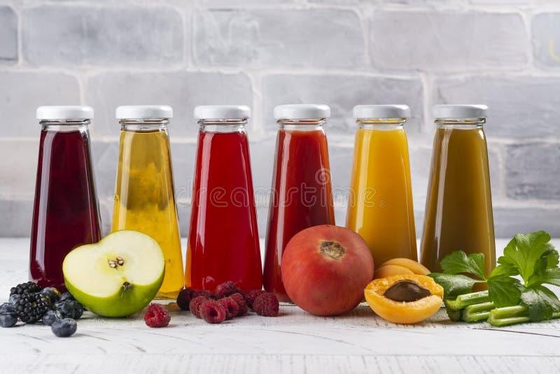 Frische Obst- und gem?ses?fte lizenzfreie stockbilder