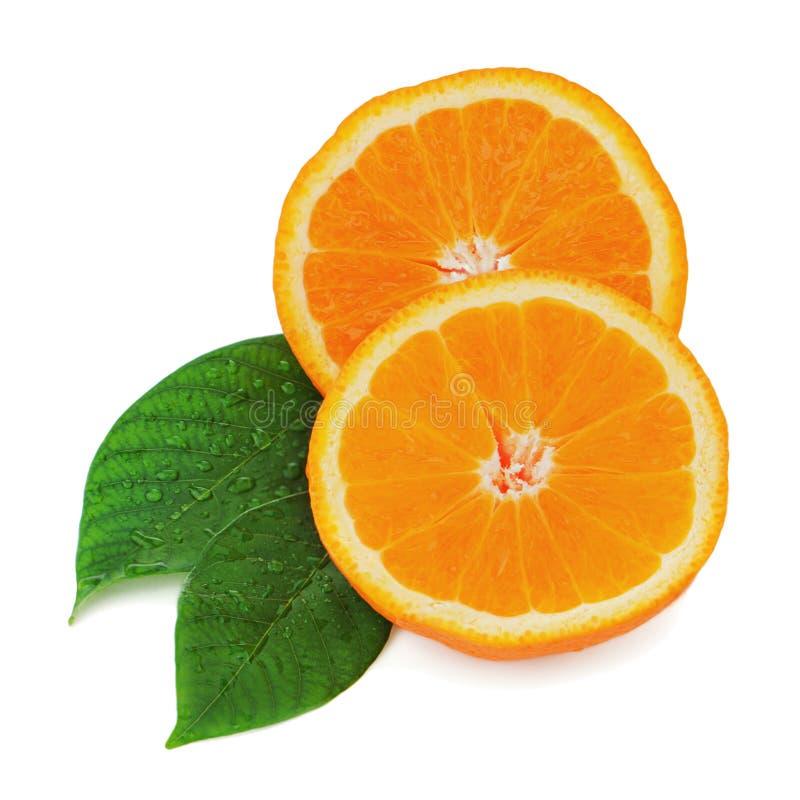 Frische orange Frucht mit den Grünblättern lokalisiert auf Weiß. lizenzfreies stockfoto