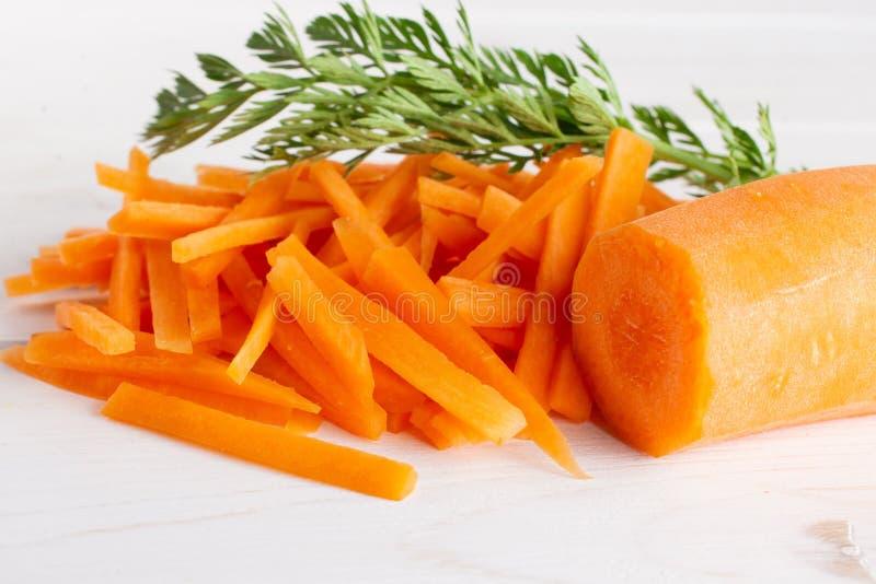Frische orange Karotte auf grauem Holz stockfotos