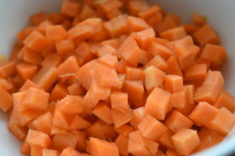 Frische orange Karottenwürfel lizenzfreie stockfotos