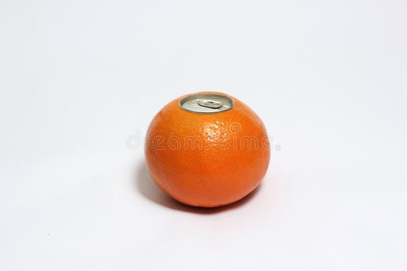 Frische Orange mit knallen oben silberne Spitze einer Dose lizenzfreie stockfotos