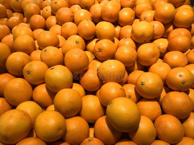 Frische Orangen auf einem Markt stockbild
