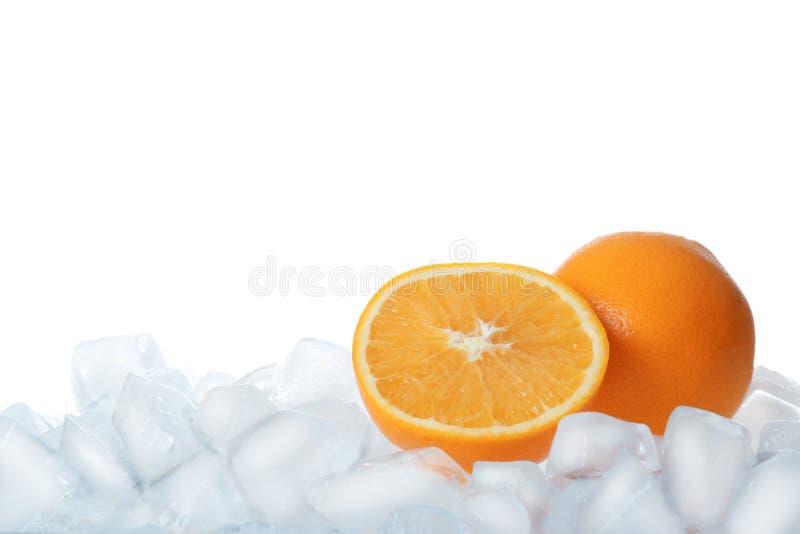 Frische Orangen auf Eiswürfeln gegen Weiß stockfotos