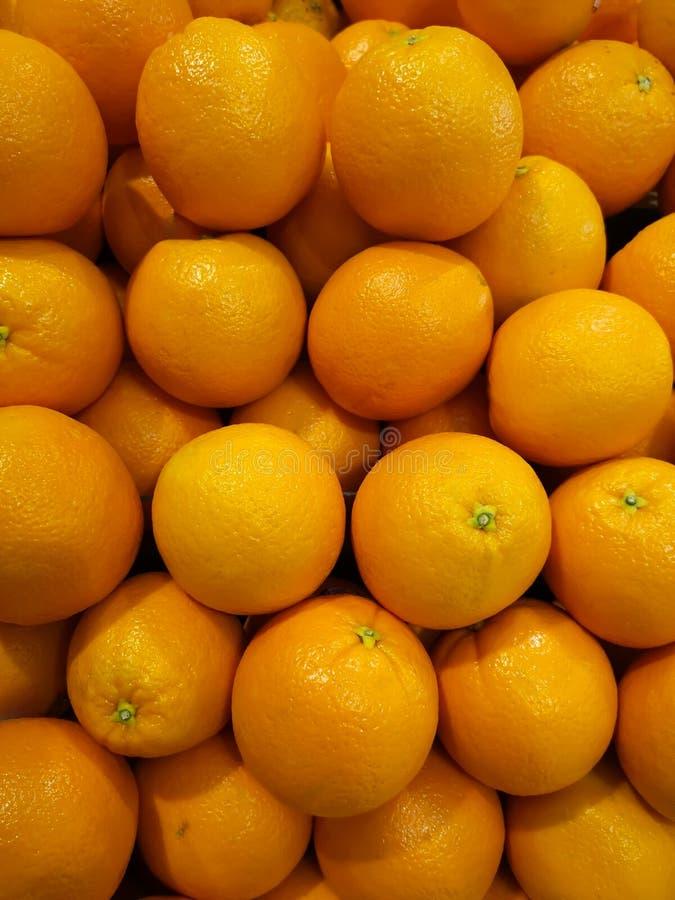 Frische Orangen, die auf die Regale gesetzt werden lizenzfreie stockbilder