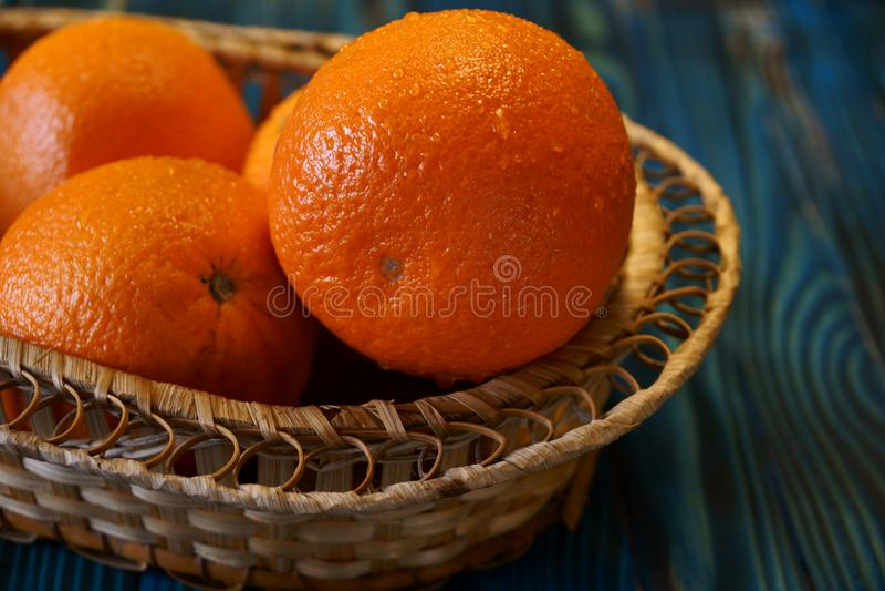 Frische Orangen in einem Korb lizenzfreie stockbilder