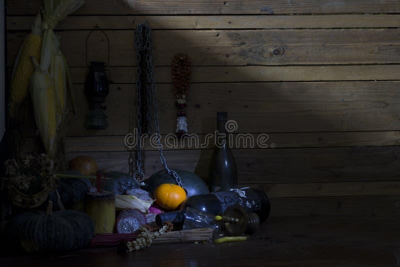Frische Orangen, getrocknet von den Früchten, von der Kette und von der Flasche auf Holz im Raum lizenzfreies stockbild