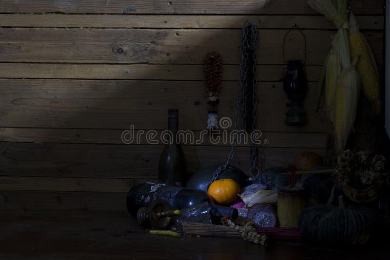 Frische Orangen, getrocknet von den Früchten, von der Kette und von der Flasche auf Holz im Raum stockbilder