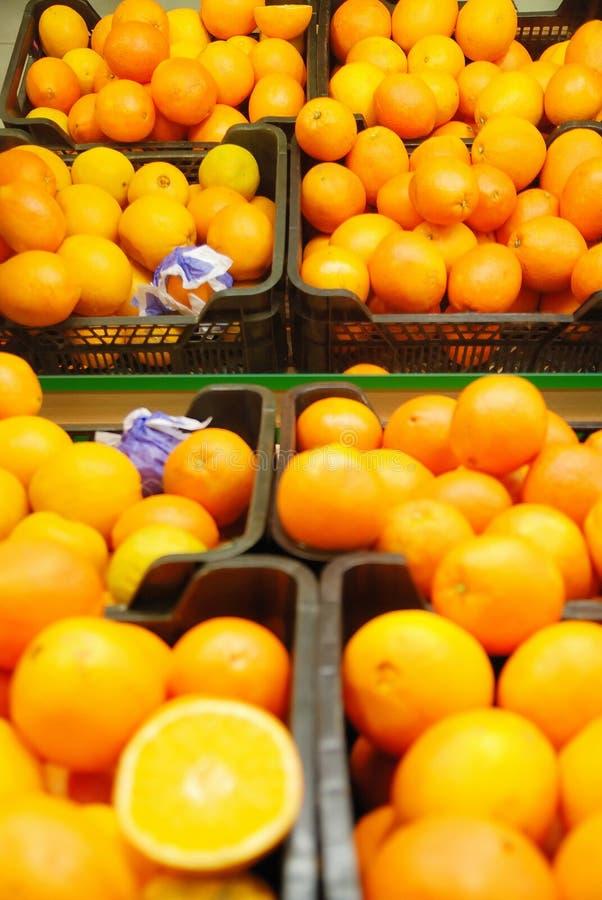 Frische Orangen im Supermarkt lizenzfreies stockbild
