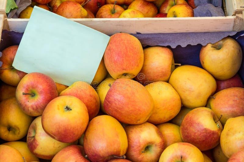 Frische organische Äpfel am Landwirtmarkt mit leerem Pappzeichen lizenzfreie stockbilder