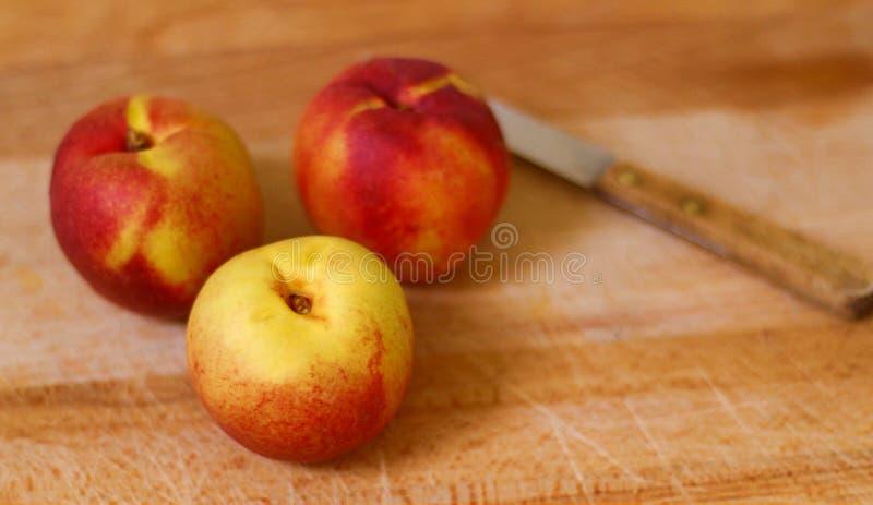 Frische, organische Aprikosen lokalisierten Schuss mit weißem Hintergrund 1 lizenzfreies stockfoto