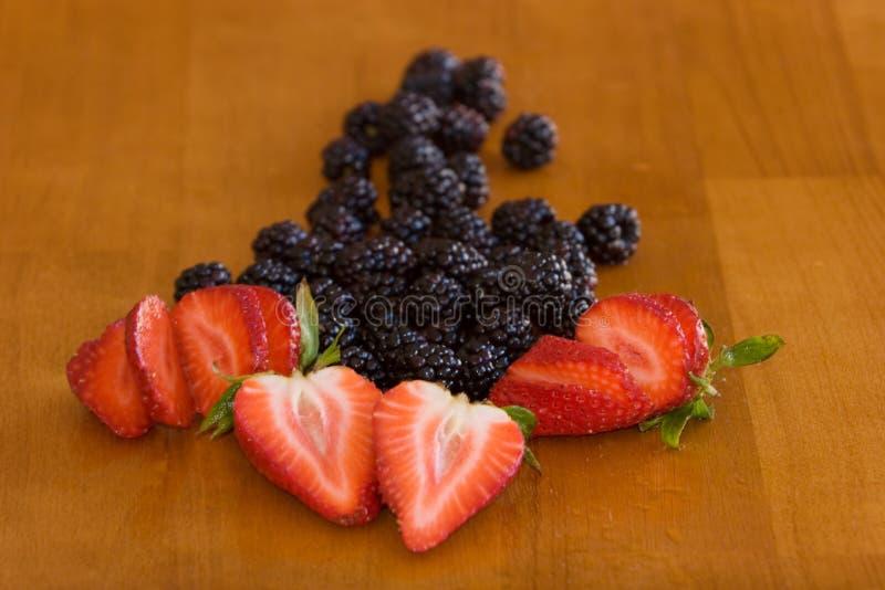 Frische organische Erdbeeren und Brombeeren stockfotografie