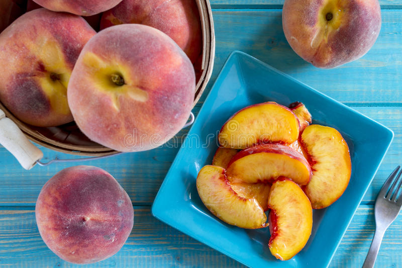 Frische organische gelbe Pfirsiche und Pfirsichsalsa lizenzfreie stockbilder