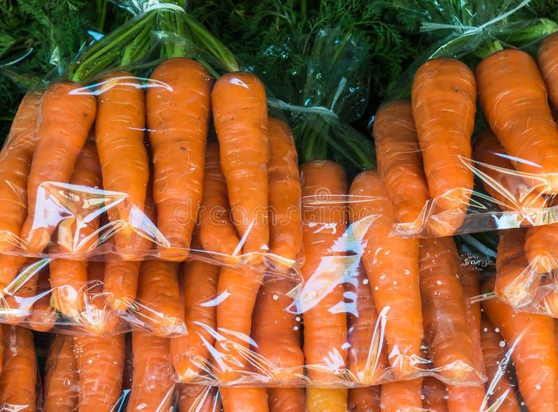 Frische organische Karotte lizenzfreie stockfotos