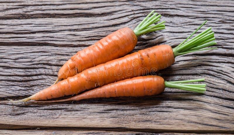 Frische organische Karotten lizenzfreies stockfoto